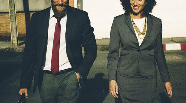 Une femme et un homme d'affaires