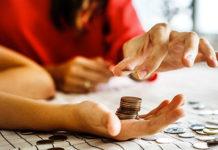 Une personne compte son argent
