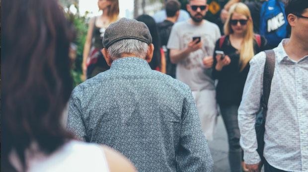 Un retraité marche dans la rue