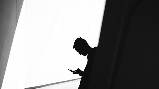 Un homme regarde un téléphone