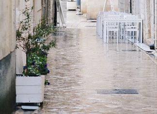 Une rue inondée après les pluies