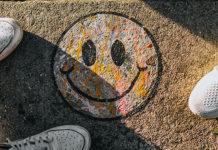 Un tag emoticone sur le sol