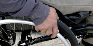 Une personne handicapee en fauteuil