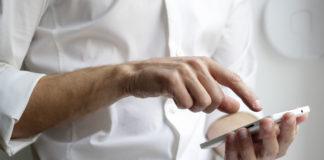 Un assuré utilise un mobile pour une visio-expertise
