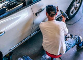 Un garagiste répare une automobile