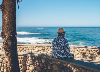 Un retraité regarde la mer