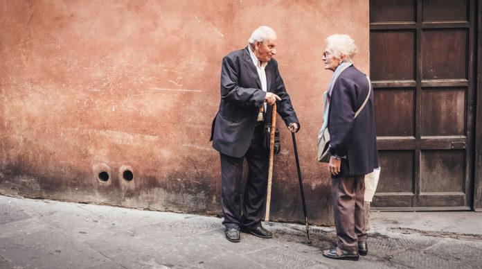 Deux personnes âgées marchent dans la rue