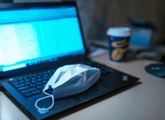 un masque sur un ordinateur