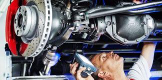 Un garagiste répare une auto