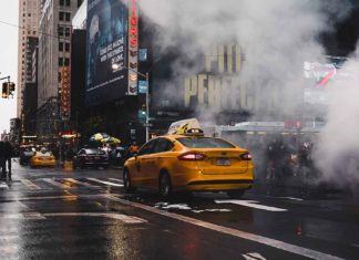 Un taxi circule dans une rue aux Etats-Unis