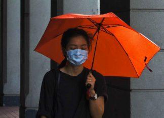 Une femme porte un masque pour se protéger contre la catastrophe sanitaire