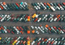Des voitures garées dans un parking.