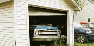 Une automobile dans un garage