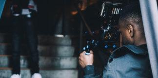 Un réalisateur en plein tournage