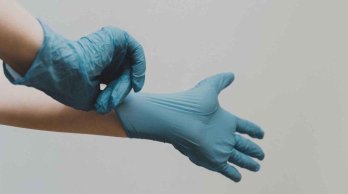 Un médecin met des gants